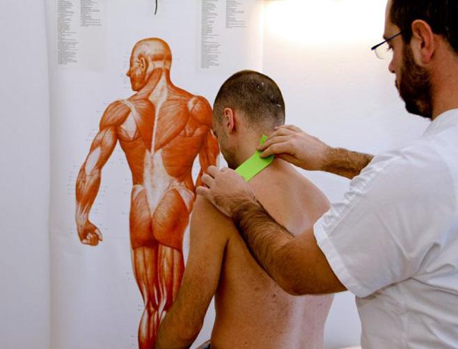 Christian Votta nel suo Studio Votta a Como dove applica i trattamaneti di maaoterapia e massofisioterapia